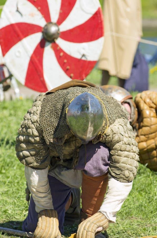 Verslagen Viking knielt neer als teken van de nederlaag stock afbeeldingen