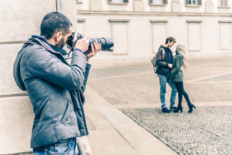 Verslaggever die een paar spioneren stock afbeelding