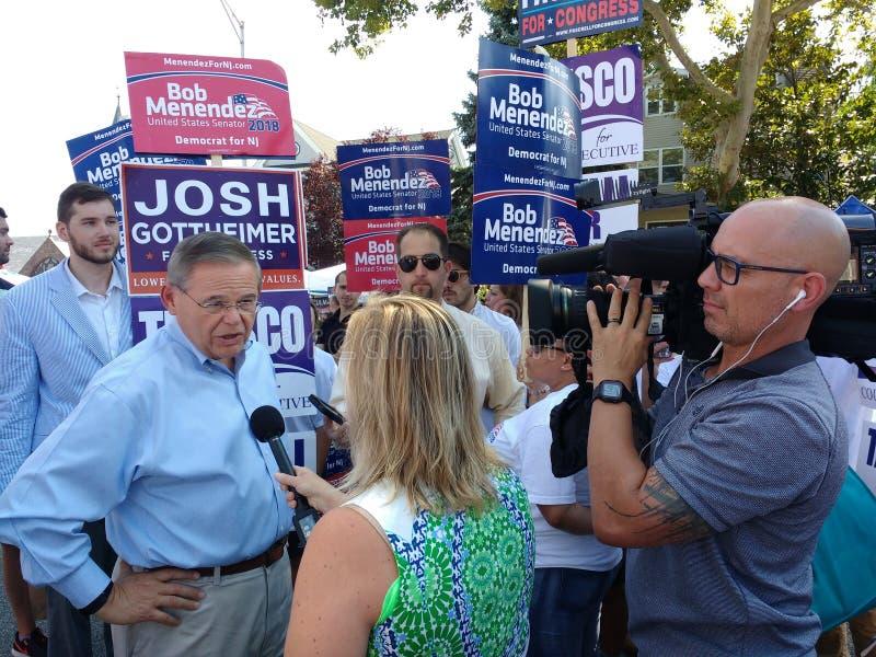 Verslaggever Interviewing Bob Menendez, de Senator van Verenigde Staten van New Jersey, Massamedia, Mededelingen stock foto