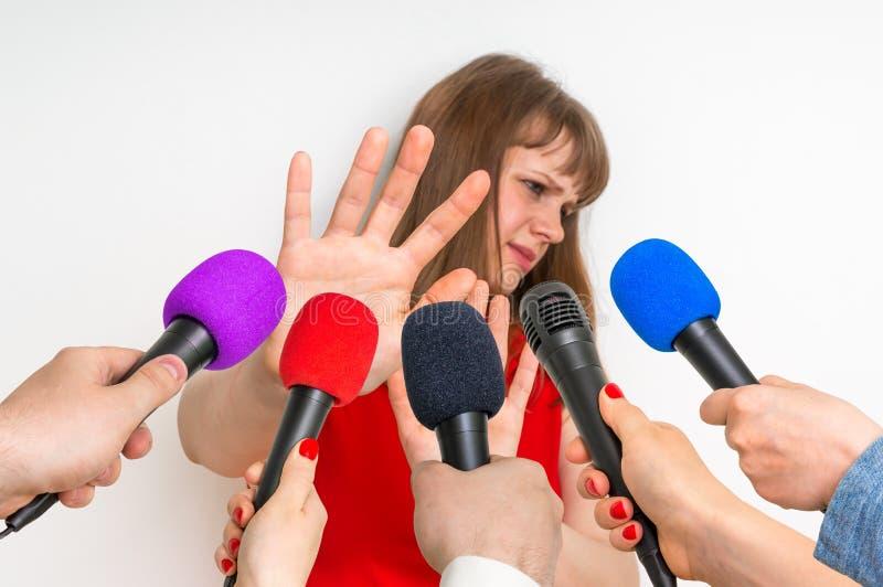 Verslaggevers die gesprek met jonge vrouw maken stock afbeelding