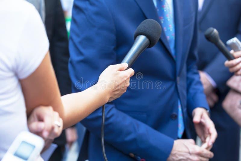 Verslaggevers die media gesprek met zakenman of politicus maken stock fotografie