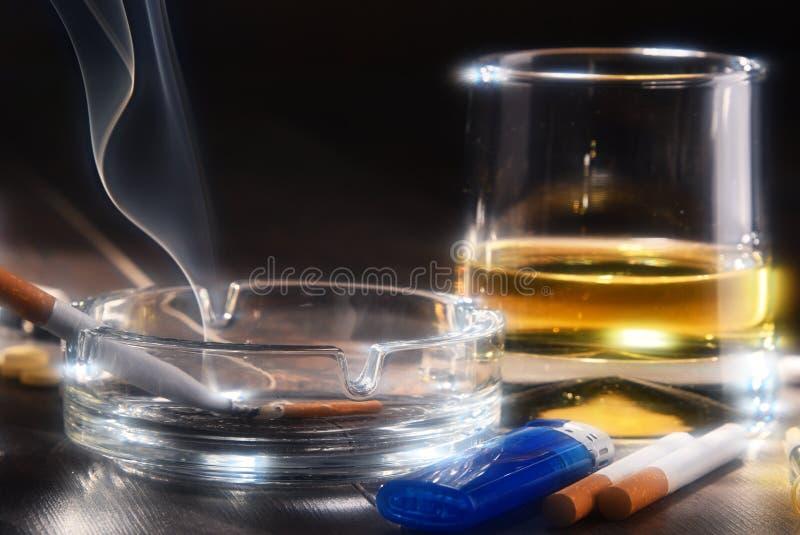 Verslavende substanties, met inbegrip van alcohol en sigaretten stock afbeelding