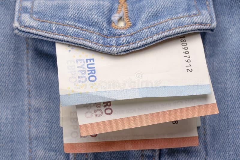 Versleten klassiek denimjasje vooraan met een kleine hoeveelheid euro bankbiljetten