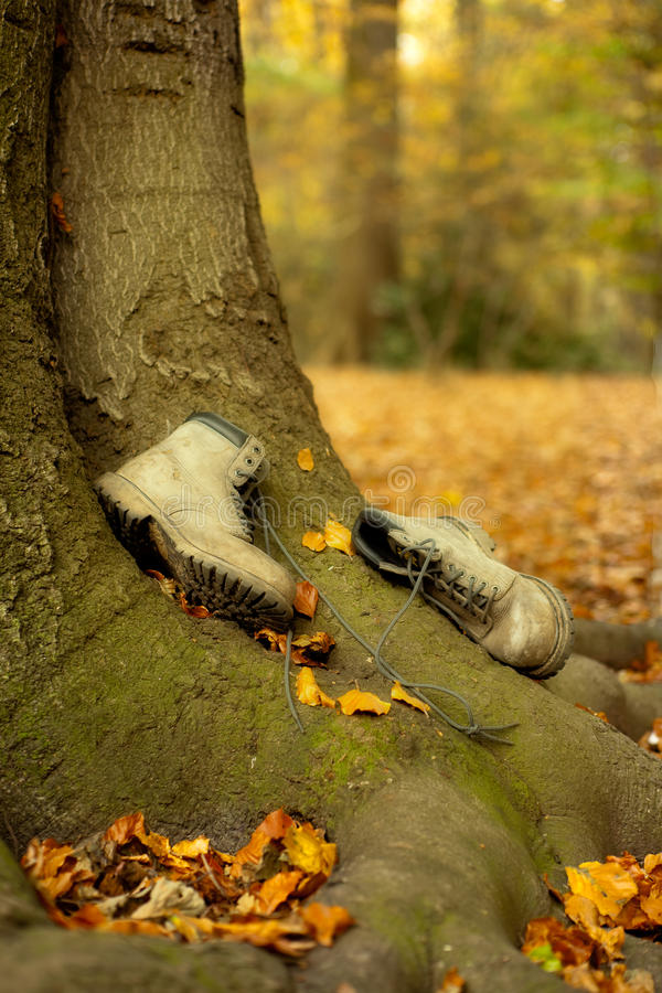 Versleten laarzen in de herfst stock afbeelding