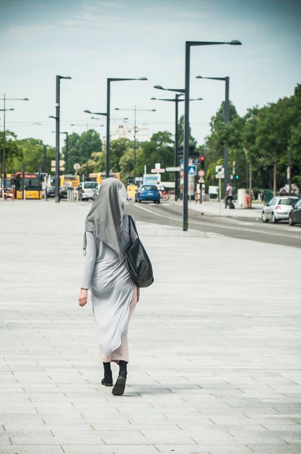 Versluierde Moslimvrouw die in de straat dichtbij het station lopen stock afbeelding
