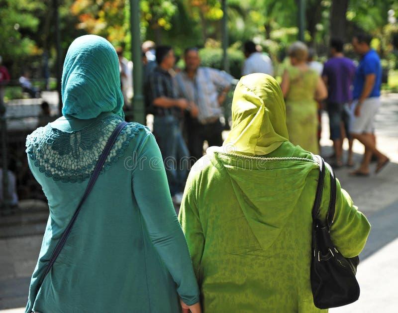 Versluierde moslimvrouwen stock foto's