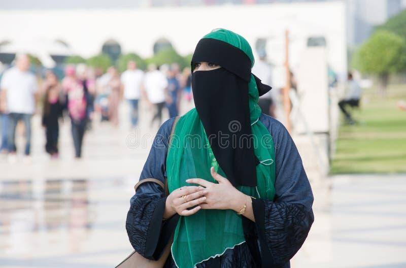 Versluierde muslimavrouw stock afbeeldingen
