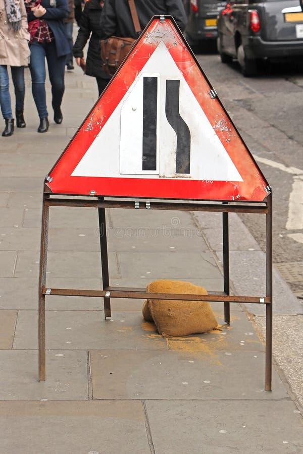 Versmallende straatverkeersteken op de stoep van Londen royalty-vrije stock foto
