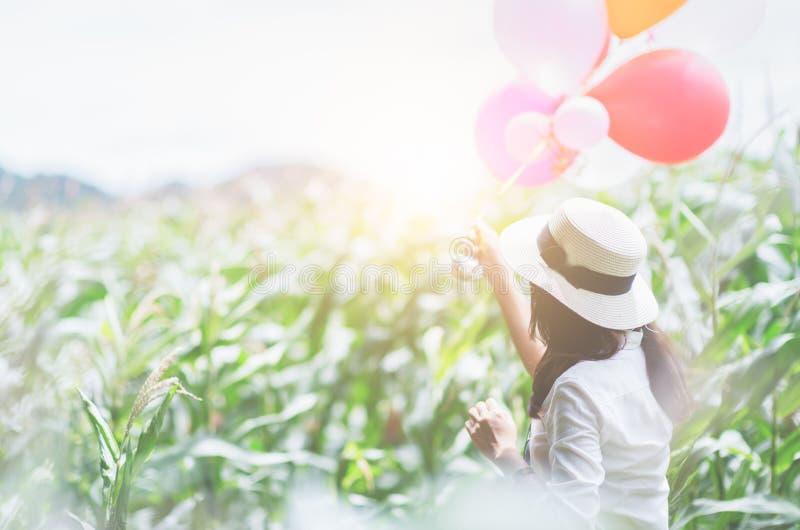 Verso da menina feliz que guarda o balão imagens de stock royalty free