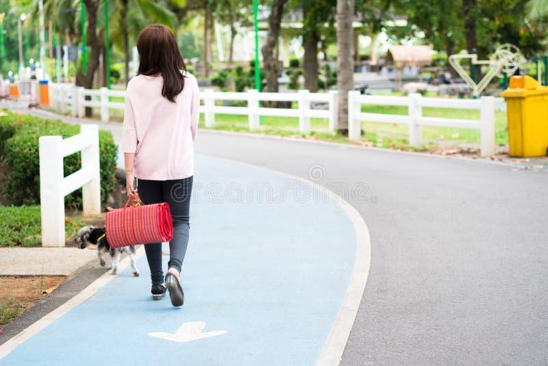 Verso de atrativo e jovem mulher que anda no passeio em p fotos de stock