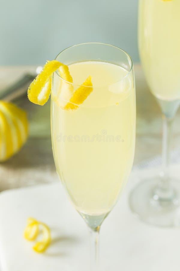 Versoffenes sprudelndes Cocktail der Zitronen-Franzose-75 lizenzfreie stockbilder