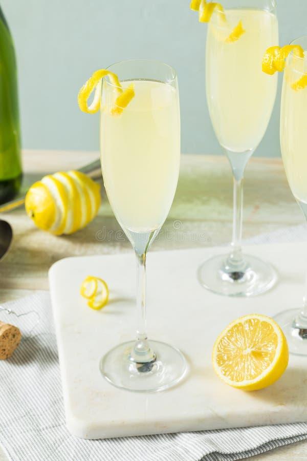 Versoffenes sprudelndes Cocktail der Zitronen-Franzose-75 lizenzfreies stockbild