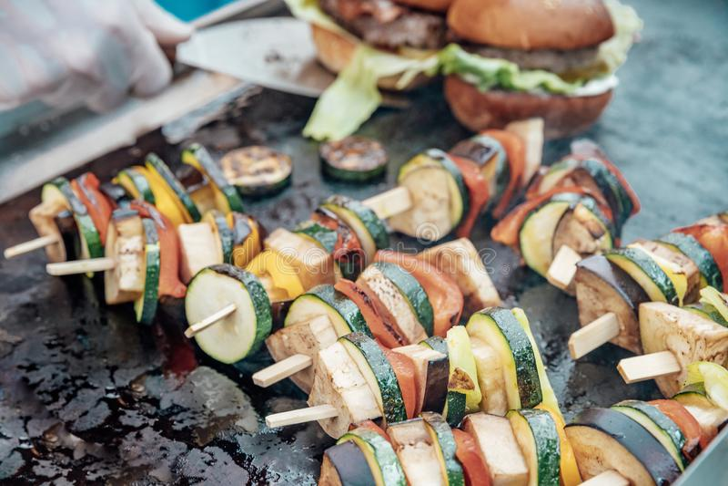 Versorgen der Geburtstagsfeier, Hochzeit, Ereignis Grillen des Fleisches, Mais, Burger, Wurst, Sonnenblume, Gemüse Frucht-Teller lizenzfreie stockfotos