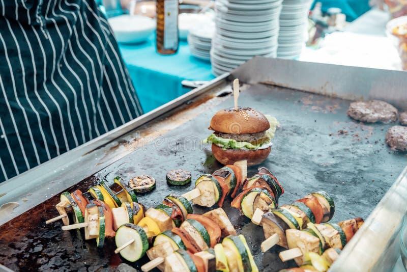 Versorgen der Geburtstagsfeier, Hochzeit, Ereignis Grillen des Fleisches, Mais, Burger, Wurst, Sonnenblume, Gemüse Frucht-Teller stockfotos