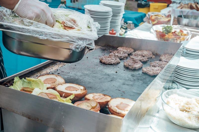 Versorgen der Geburtstagsfeier, Hochzeit, Ereignis Grillen des Fleisches, Mais, Burger, Wurst, Sonnenblume, Gemüse Frucht-Teller stockfotografie