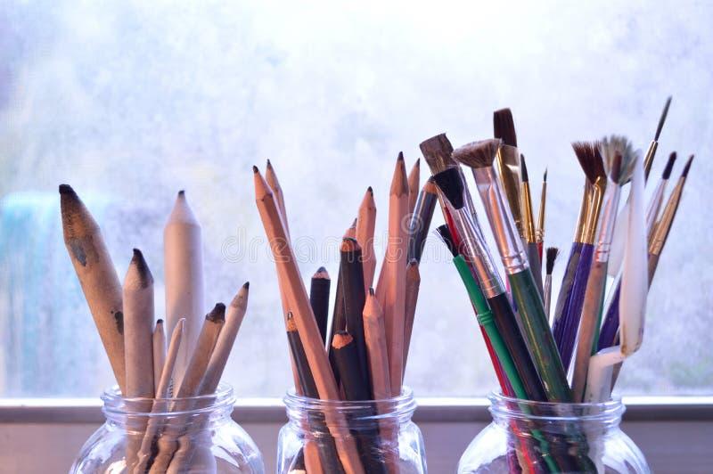 Versorgungen der schönen Kunst: Drei Blumensträuße von Zeichnungs- und Malereiwerkzeugen lizenzfreies stockfoto