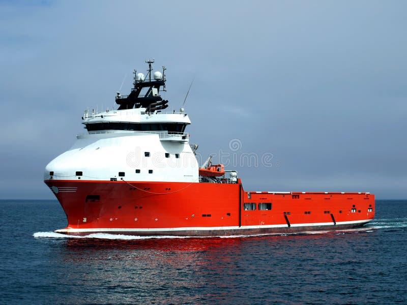 Versorgungs-Schiff laufend in Meer lizenzfreie stockfotos