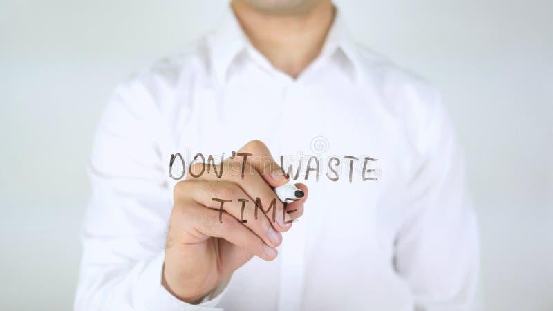 Verspil geen Tijd, Mens die op Glas schrijven stock fotografie