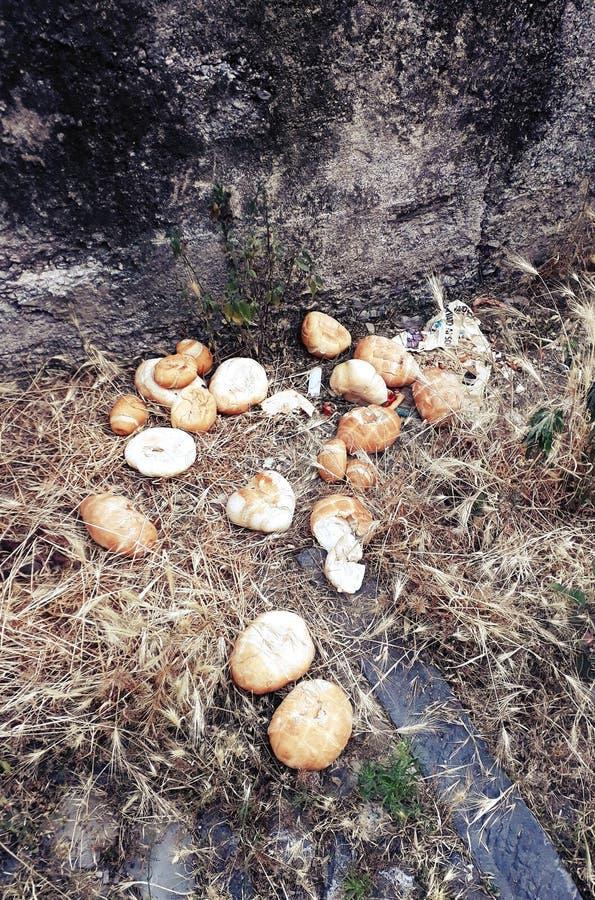 Verspild brood bij de begraafplaats royalty-vrije stock fotografie