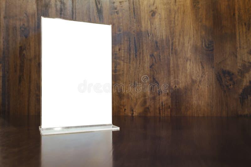 Verspotten Sie herauf Menürahmen auf hölzernem Hintergrund der Tabelle lizenzfreies stockfoto