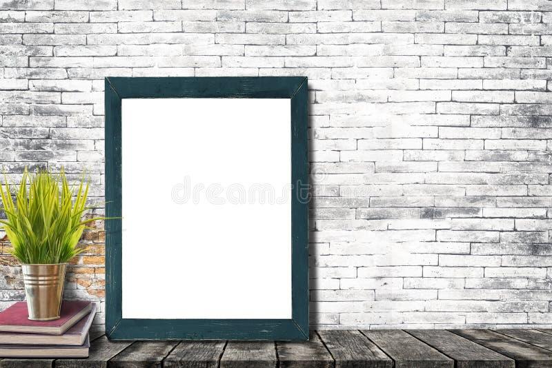 Verspotten Sie herauf Plakat- oder Fotorahmen mit Büchern und Houseplant lizenzfreie stockfotografie