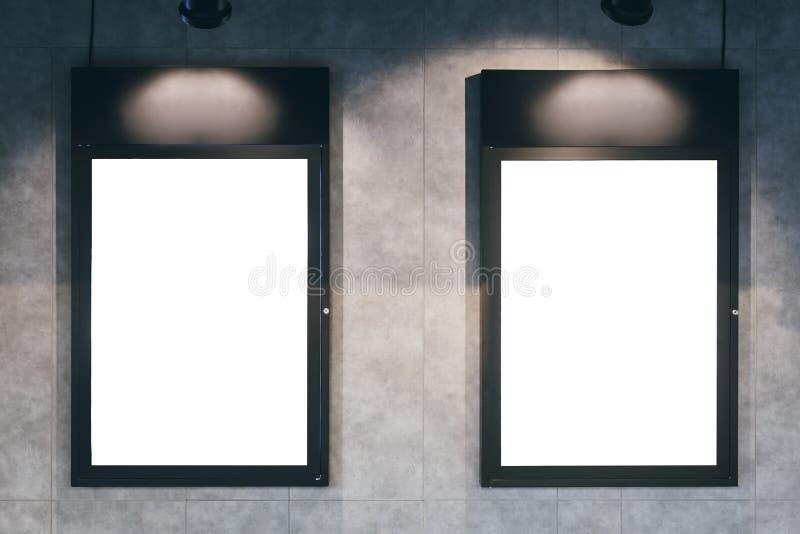 Verspotten Sie herauf Plakatrahmen mit Beleuchtung auf Wand lizenzfreies stockfoto