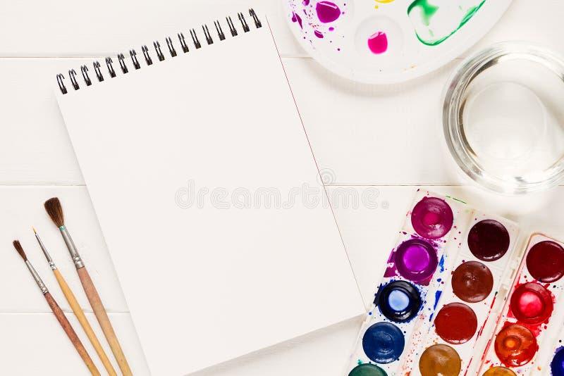 Verspotten Sie oben mit künstlerischen Werkzeugen auf weißer Tabelle lizenzfreies stockfoto