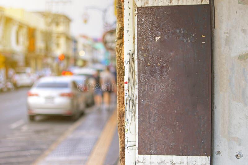 Verspotten Sie oben vom rostigen Metallweinlesegeschäfts-Zeichenbrett mit Leerstelle, Zeichen der klassischen Art im Freien, Firm lizenzfreie stockfotografie