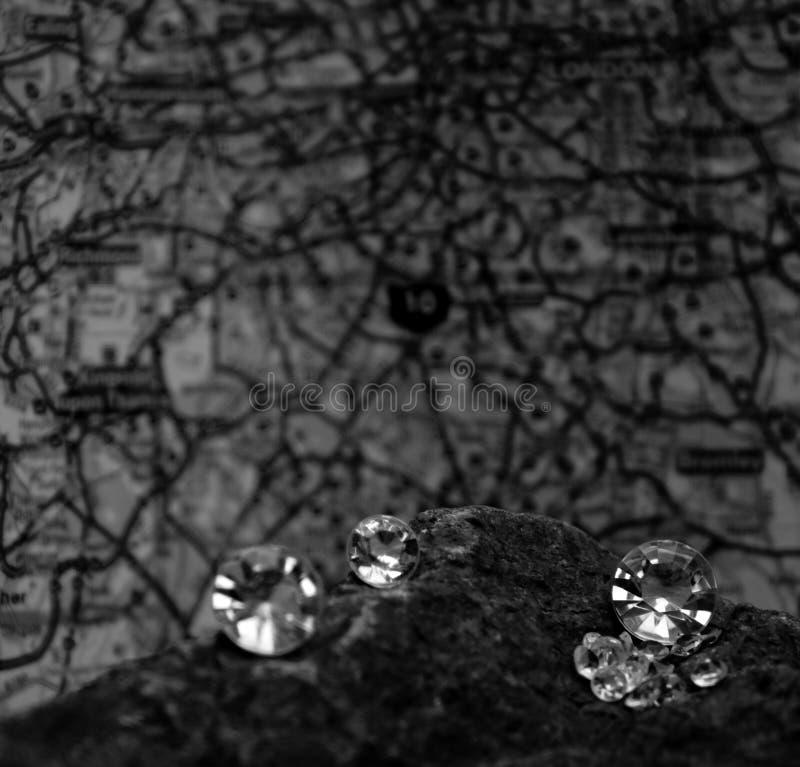 Verspreide Diamanten op een Rotsmineraal royalty-vrije stock afbeelding