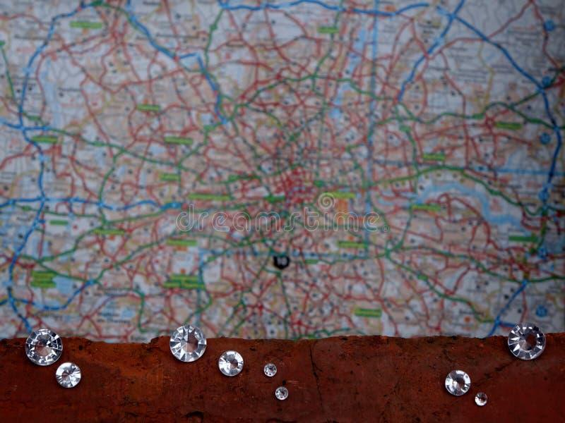 Verspreide Diamanten op een Rotsmineraal stock afbeeldingen