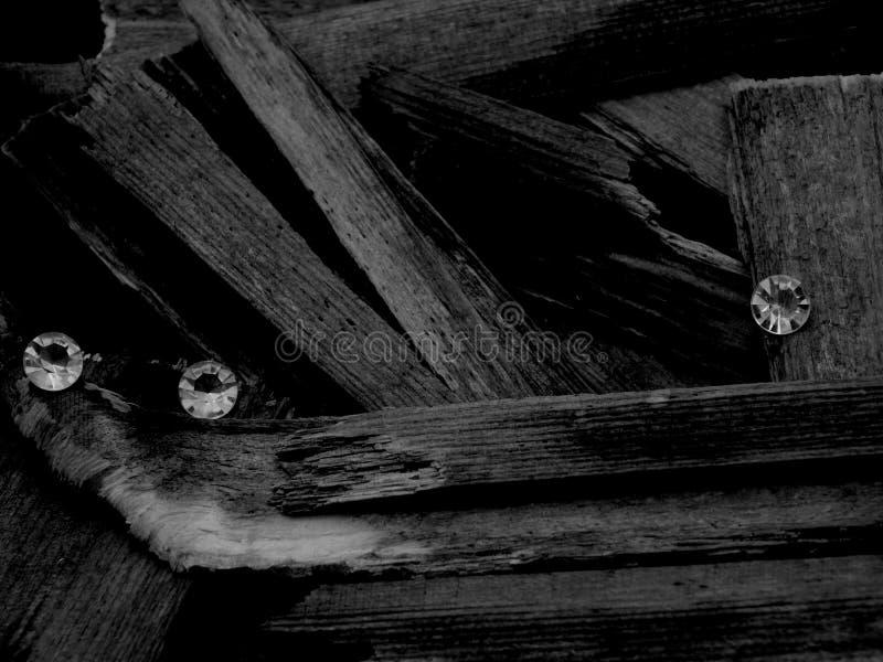 Verspreide Diamanten op Hout, die de Facetbesnoeiing van Gem Stone tonen stock afbeelding