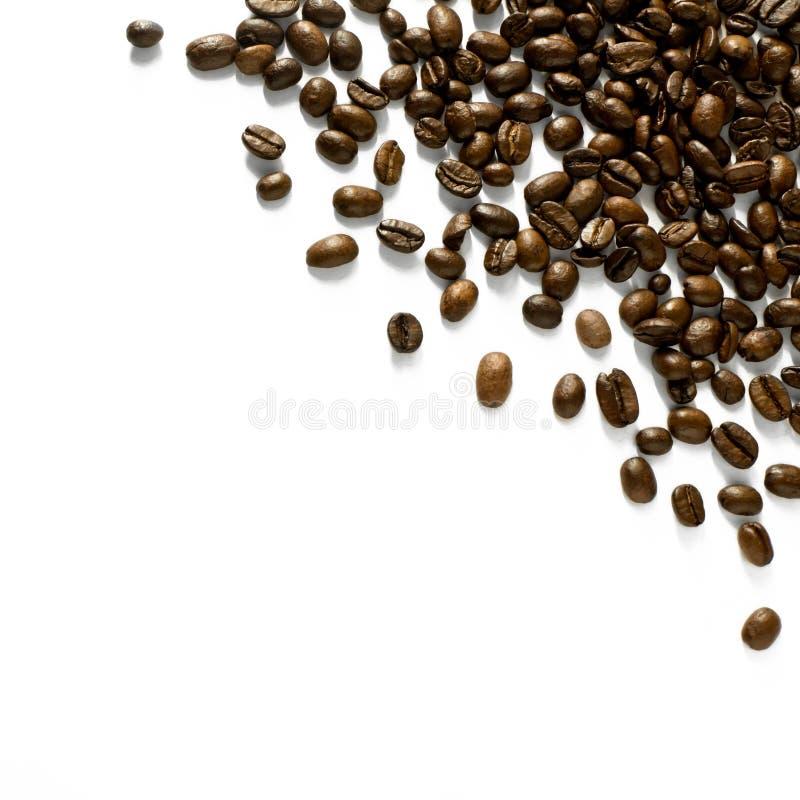 Verspreide die hoekregeling van koffiebonen op wit wordt geïsoleerd - ontwerpelement royalty-vrije stock afbeelding