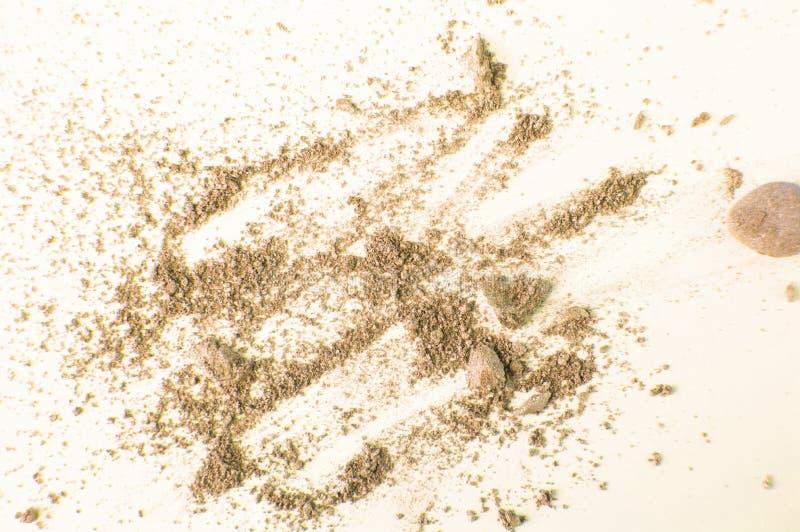 Verspreide Gouden en beige schaduwen die op wit concept worden ge?soleerd als achtergrond, samenstellings en schoonheids stock afbeelding
