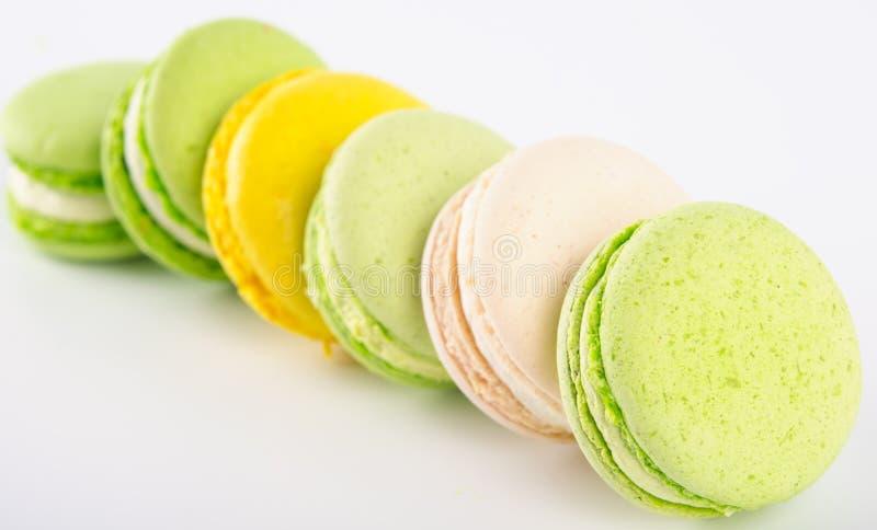 verspreide stapel van geelgroen dessert macaron, op een lichte achtergrond royalty-vrije stock afbeeldingen