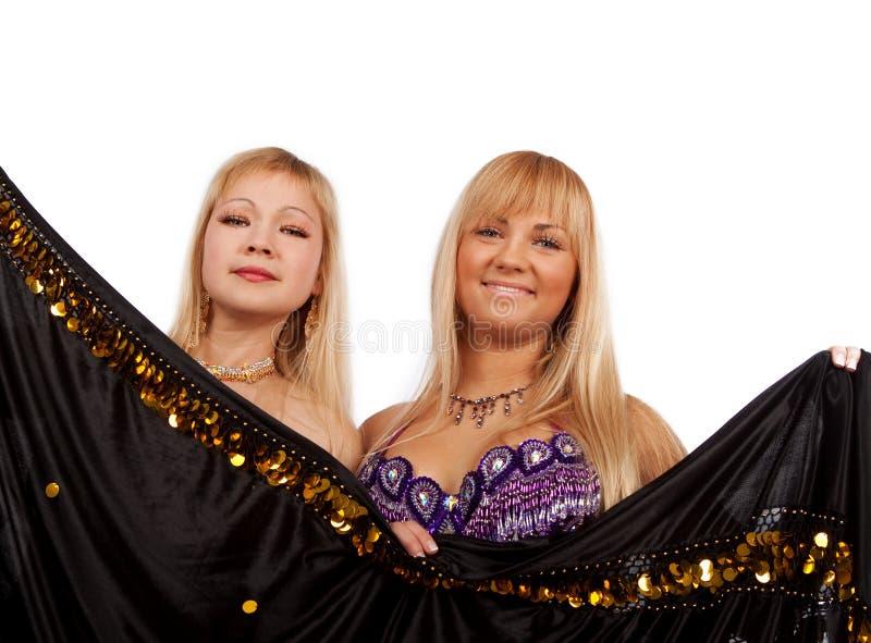 Verstecken mit zwei lächelndes Frauen lizenzfreie stockfotografie