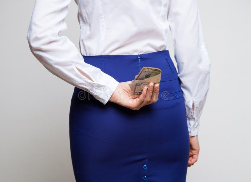 Versteckende Dollar der unerkennbaren Geschäftsfrau stockfotos