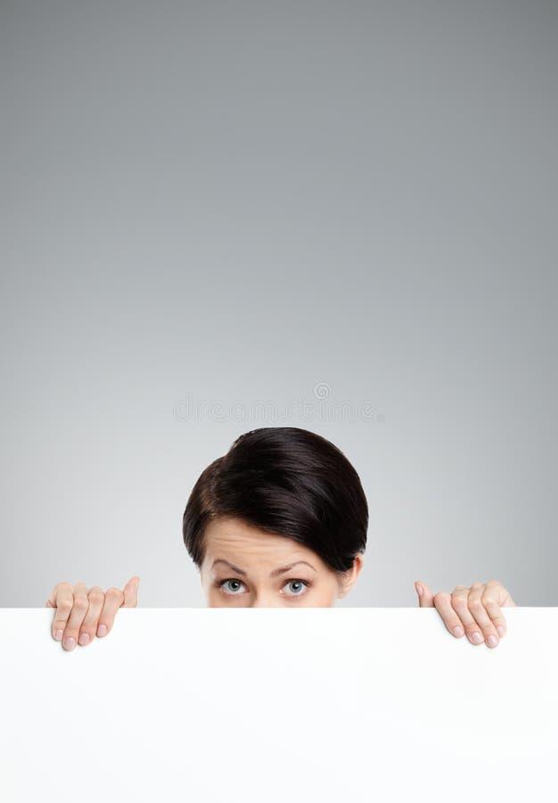 Versteckende schöne Frau lizenzfreie stockbilder