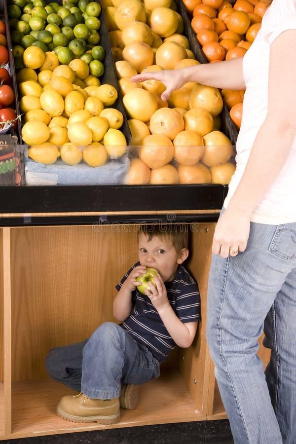 Versteckender Apfel stockbilder