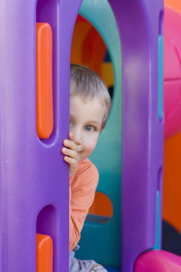 Versteckender Junge lizenzfreie stockfotografie