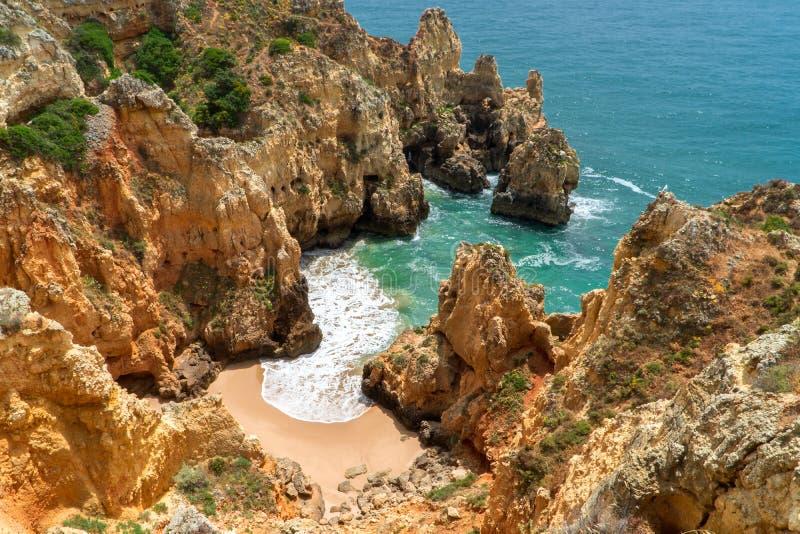 Versteckter Cliffside-Strand entlang Küste stockfotos