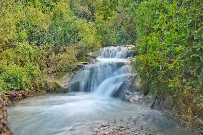 Versteckter Wasserfall stockfotografie
