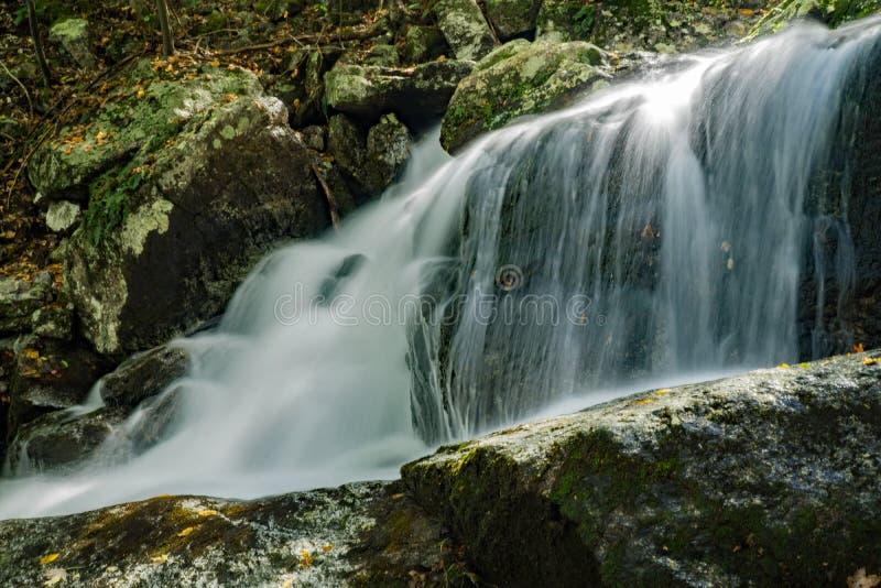 Versteckter Wasserfall in blauem Ridge Mountains von Virginia, USA lizenzfreies stockbild
