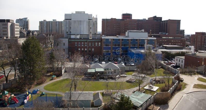 Verstell-Krankenhaus Dickson Building und IWK-Spielplatz stockbild