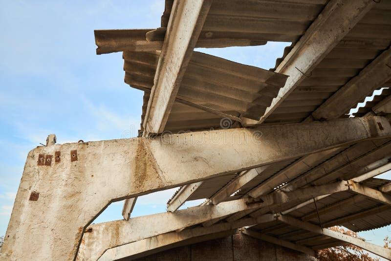 Verstevigde betonbalken en een vervallen dak van een niet-afgewerkt bedrijf voor vee royalty-vrije stock foto's