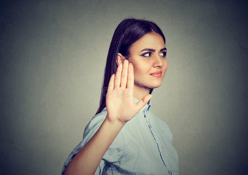 Verstoor boze vrouw die bespreking geven aan handgebaar met uitgaande palm stock foto