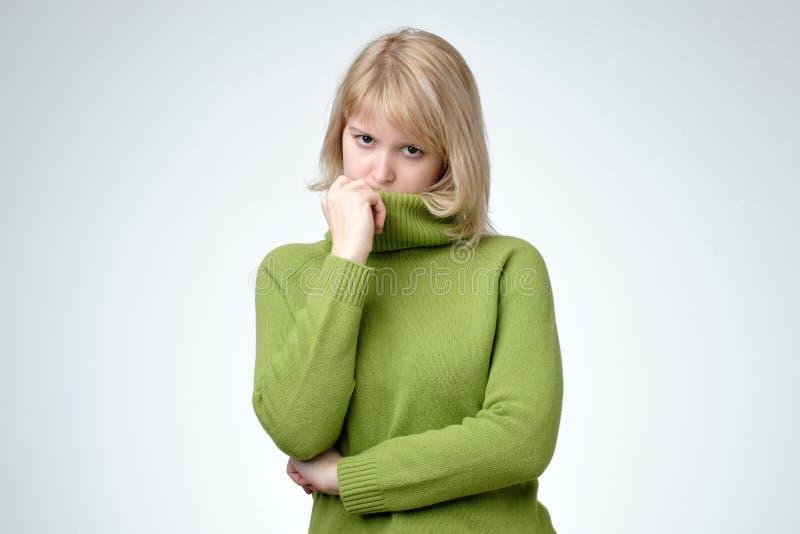 Verstoor gedeprimeerd blonde de jonge vrouw groene sweater kijkt droevige ongelukkig draagt royalty-vrije stock foto