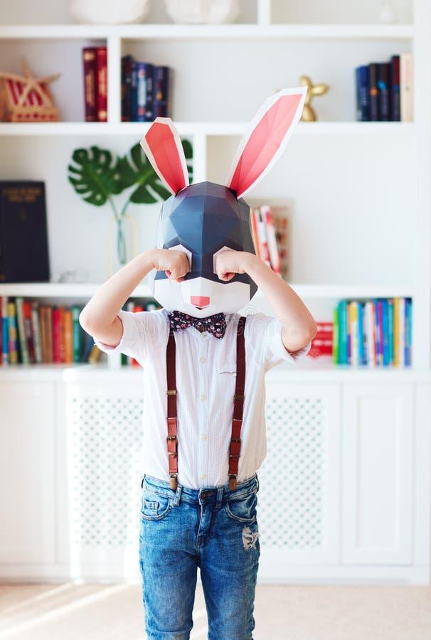 Verstoor het jonge karakter die van het konijntjeskonijn alleen thuis schreeuwen stock afbeeldingen