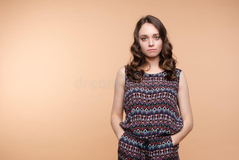 Verstoor jonge mooie vrouw status met gekruiste handen die bij witte studioachtergrond worden geïsoleerd stock fotografie