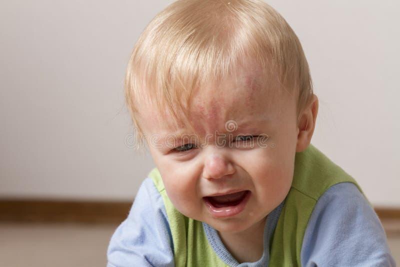 Verstoord en niet zeer gelukkig kind stock fotografie
