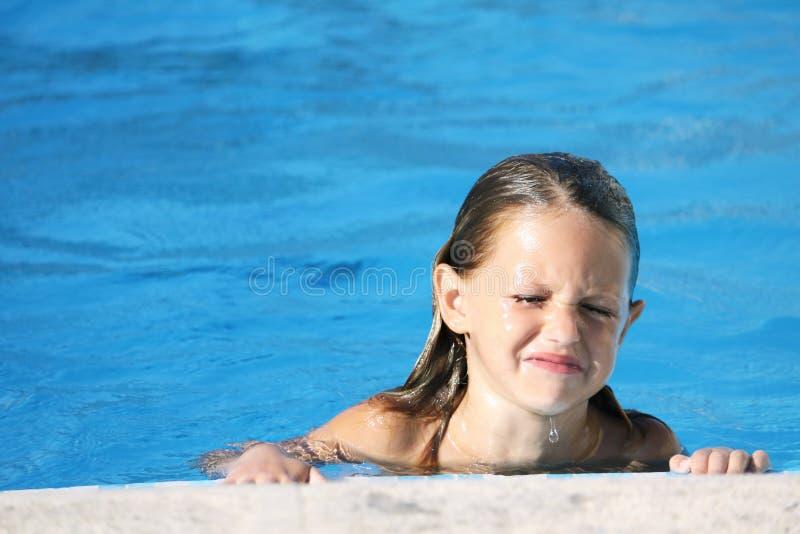 Verstoord kind in zwembad royalty-vrije stock afbeelding